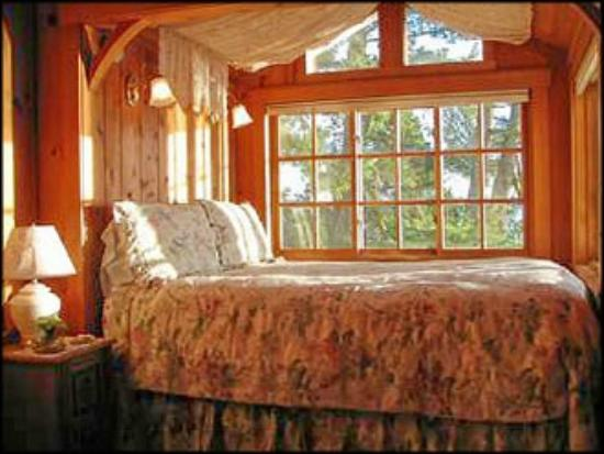 Cabins on the Point: Heather Cabin bed w/water view