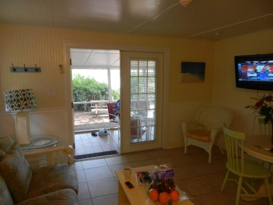Castaways Cottages of Sanibel: dining are leading to lanai