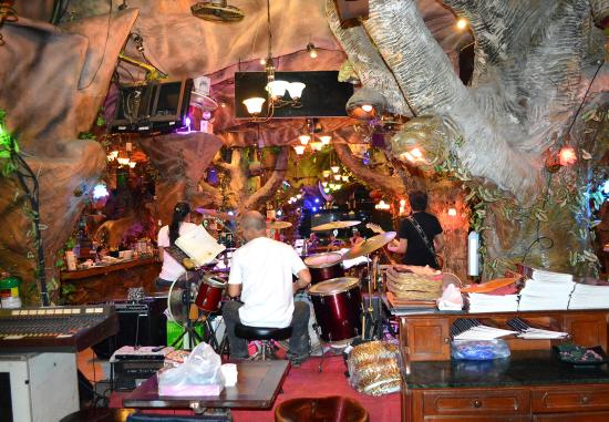 Tiger Inn Hotel: Live band at night in the restaurant