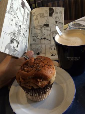 Wayne's Coffee: Latte and muffin