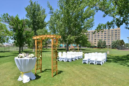DoubleTree by Hilton Grand Junction: Outdoor Wedding Set Up