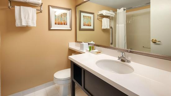Best Western Plus Winnipeg Airport Hotel : Standard guestroom bathroom