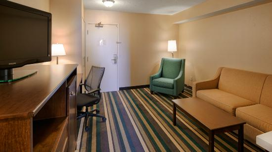 Best Western Plus Winnipeg Airport Hotel : Kings Suite living area