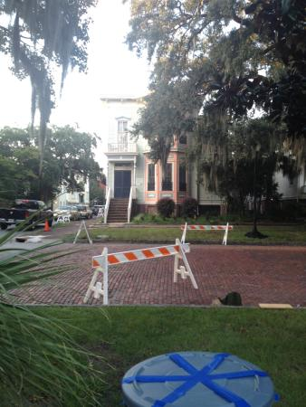 Savannah International Pensione: The outside of the building from the street- they were filiming a TV show during our stay