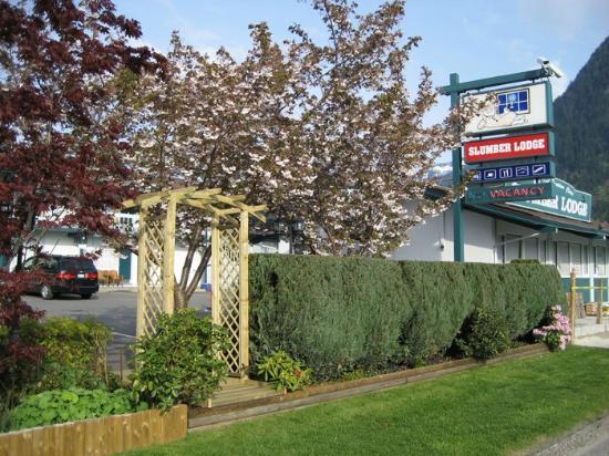 Slumber Lodge Motel: Exterior parking view