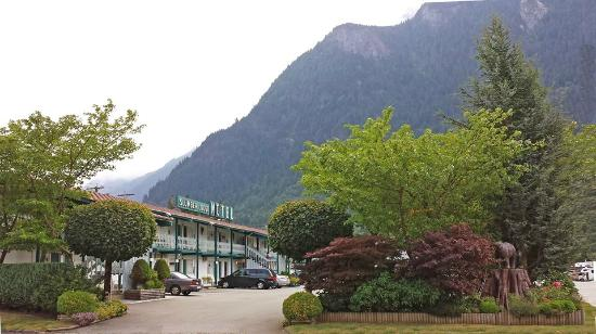 Slumber Lodge Motel: Front entrance view