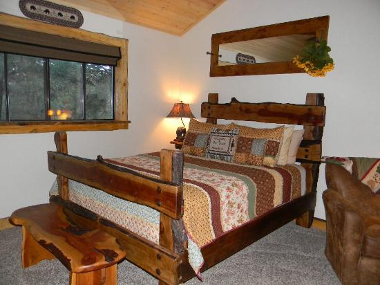 Whispering Pines Inn: Beautiful bedroom, super comfy bed!