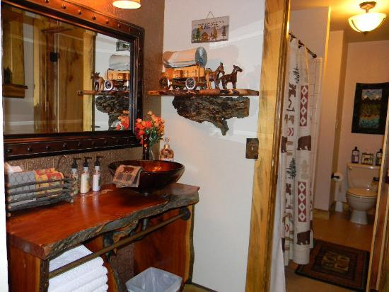 Whispering Pines Inn: Bathroom, with great choice of lotions & potions!