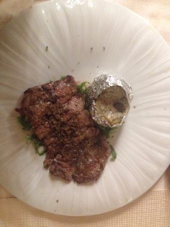 Pilonico Paterno, Italia: tagliata con patata al cartoccio