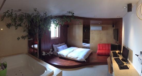 Pop Hotel 1 Premier spa room