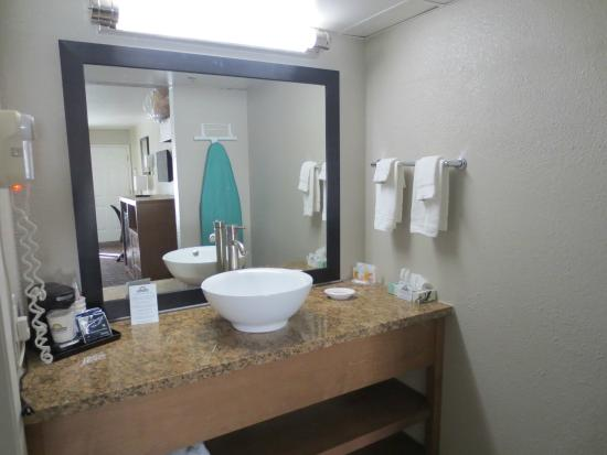 Days Inn & Suites Arcata: Sink & Vanity area