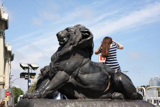 não se fazer na Itália: turistas subindo em estátuas