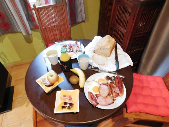 Witches Falls Cottages: Breakfast (cooked on BBQ by husband !) a good spread