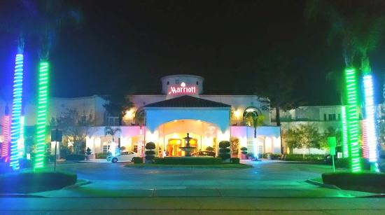 San Mateo, كاليفورنيا: View from front at night