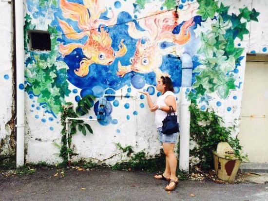 Art of OLDTOWN: Blowing bubbles together with golden fish