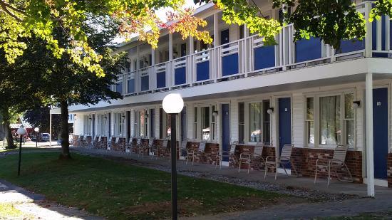 Americas Best Value Inn & Cottages: Hotel Exterior