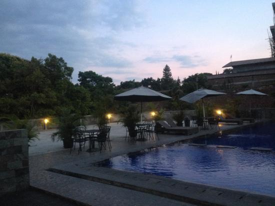 Grha Ciumbuleuit Guest House : View Kolam Renang