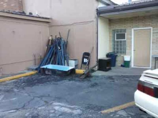 Sheridan, WY: Junk still out in front of rooms