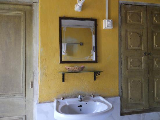 itachuna rajbari the bathroom wash basin - Bathroom Cabinets Kolkata