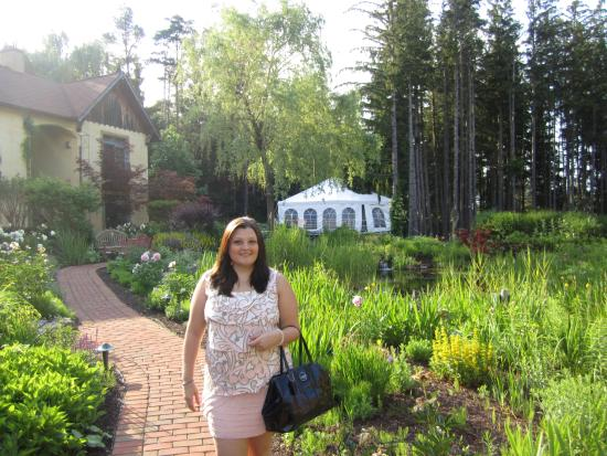 Mirbeau Inn & Spa: On my way to eat from the cottage behind me