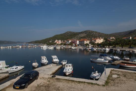 Seget Vranjica, Croacia: Parkeerplek voor de deur, en prachtig uitzicht
