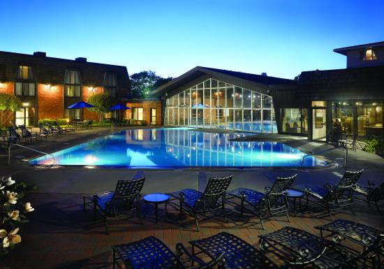 Saint Charles, IL: Indoor/Outdoor Swimming Pool