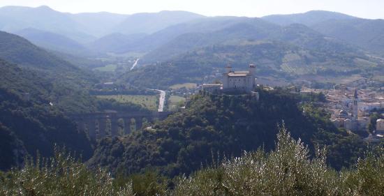 Spoleto, Italia: Ponte delle Torri - Rocca Albornoziana visti da Loc. Vallocchia