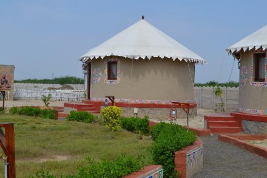 Kutch Resort: Bhunga with lawn