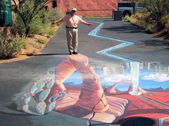 Kayenta: Coyote Art Village Street Chalk art
