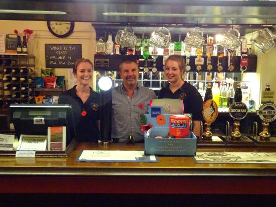 Coombe Bissett, UK: Keith and girls behind the bar