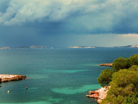 Beach Bungalows at Cala Gracioneta: Bucht bei Regen