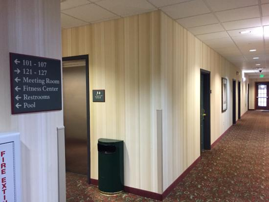 Country Inn & Suites By Carlson, Jacksonville West: hallway and elevator near business center