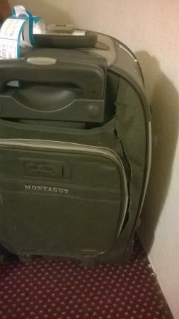 Travelodge Albuquerque Midtown : luggage 2 cutted by somebody