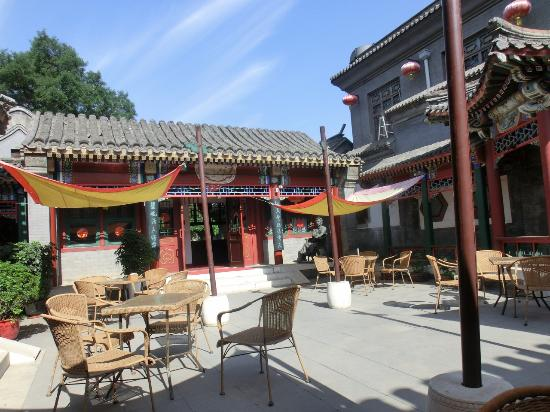 Lusongyuan Hotel : The dining courtyard is airy and colorful, with interesting architecture and some statuary