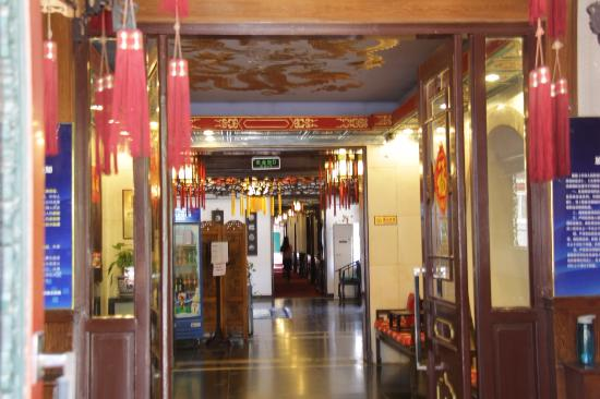 Lusongyuan Hotel : This corridor leads from the reception desk to the rooms