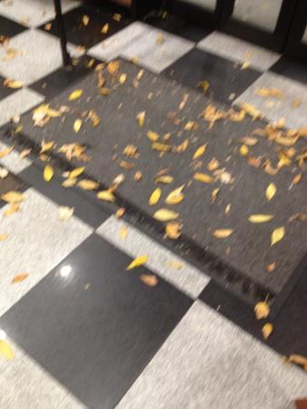 la hall e le immancabili foglie picture of ramada by wyndham long rh tripadvisor com