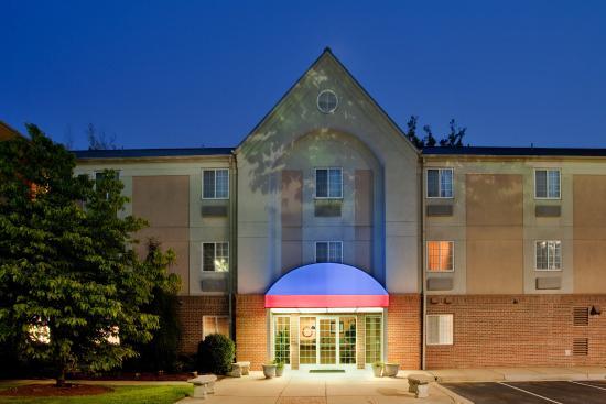 Candlewood Suites - Hampton: Hotel Exterior