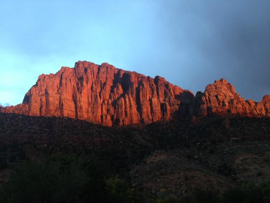 Zion Canyon Bed and Breakfast: Sunset of the Watchman from our back porch.