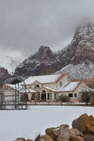 Zion Canyon Bed and Breakfast: Light snow storm in Zion.