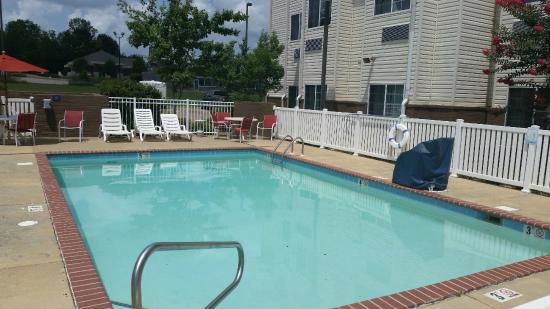 Microtel Inn & Suites by Wyndham Starkville: Pool