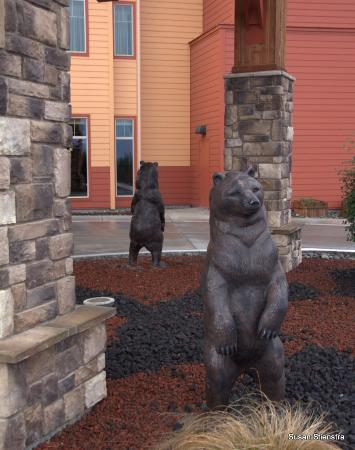 Loleta, CA: Bear statues at main entrance