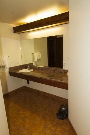 Carson, WA: Wind River Suite Bathroom