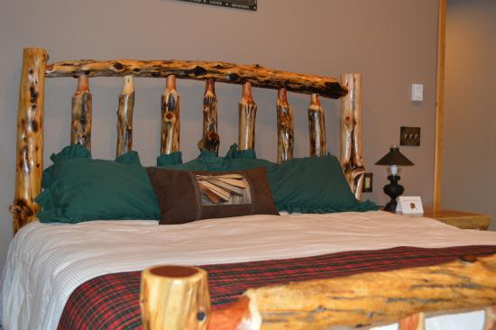 Summit Lake Lodge: bed