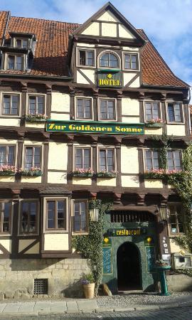 Hotel Zur Goldenen Sonne: vom Kirchplatz aus auf die Front