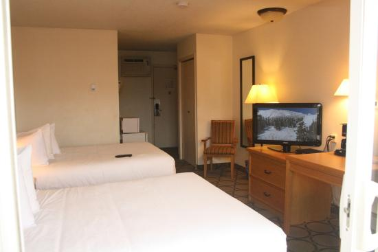 Riviera City Centre Inn : Double Queen Room With Balcony