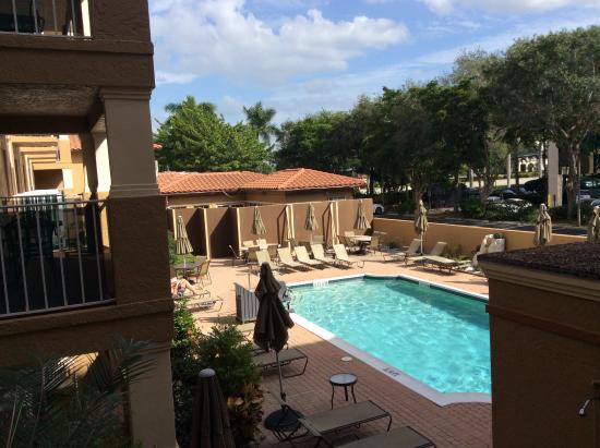 Inn of Naples: Pool view from our balcony,hoarding covering dinning room extension.
