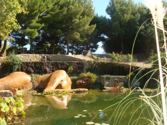 Le jardin de saint adrien statue superbe et gigantesque