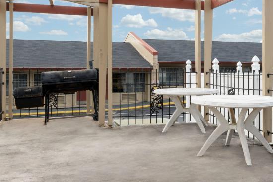 Knights Inn Fayetteville/Fort Bragg : BBQ AREA