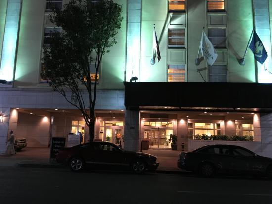 La Quinta Inn & Suites New Orleans Downtown: Vista noturna da fachada