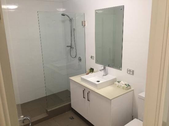 Bunbury Seaview Apartments: Large Bathroom